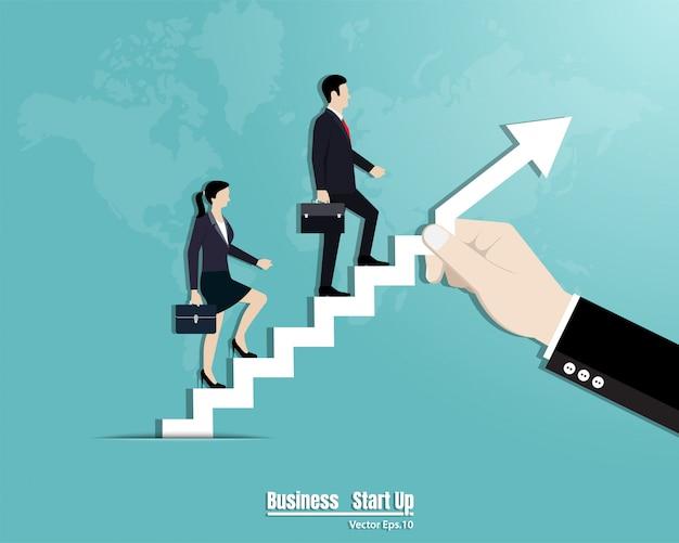 Бизнес-команда идет по лестнице