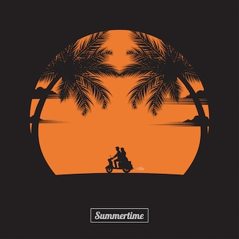 Пара вождения любителей мотоциклов на пляже фоне заката