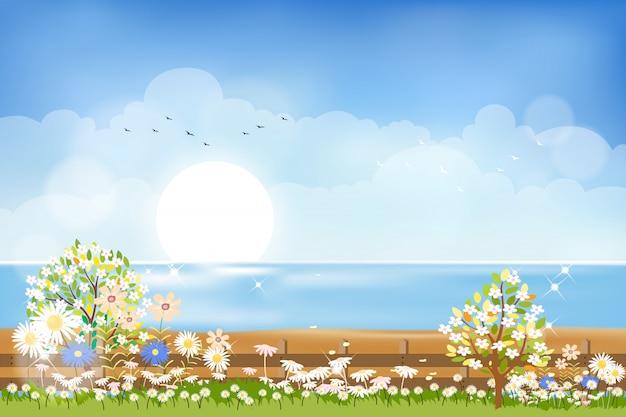Лето природа фон, просматривая от сада до моря пляж с солнцем, голубым небом и облаками