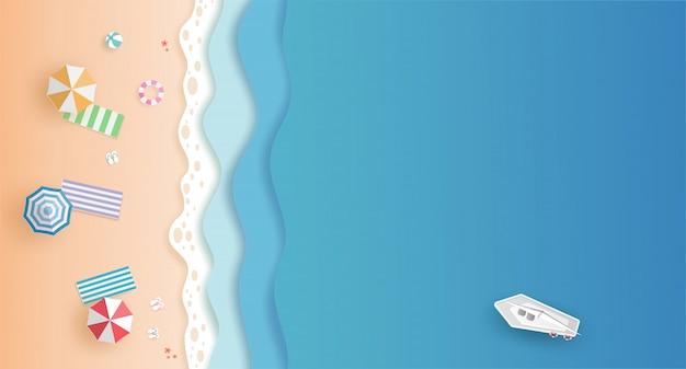 Вид сверху на пляж и море с белой лодкой и зонтиками летом с вырезанным из бумаги