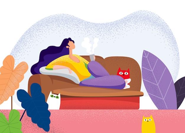リビングルームのソファーに横になっている若い女性