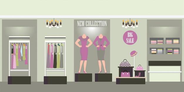 Интерьерный магазин одежды с продукцией на полках.