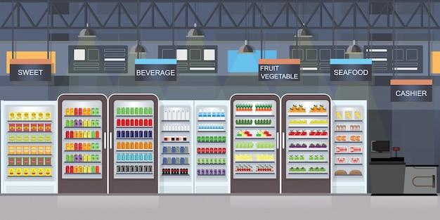 Супермаркет интерьер с товарами на полках.