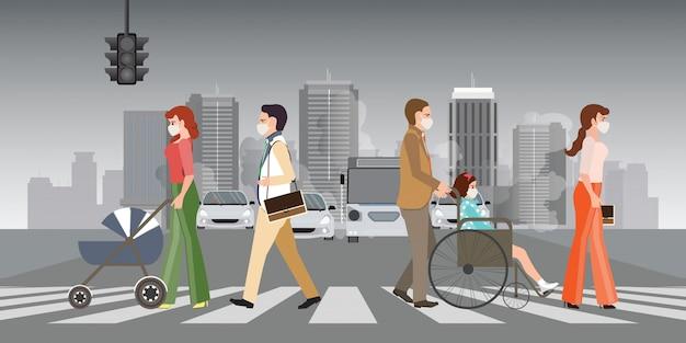 Люди носят защитные маски и ходят по пешеходным переходам в городе с загрязнением воздуха.