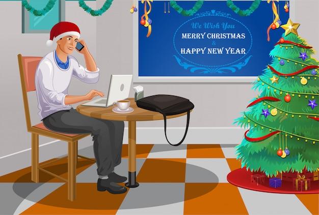 Сотрудник празднует рождество в офисе