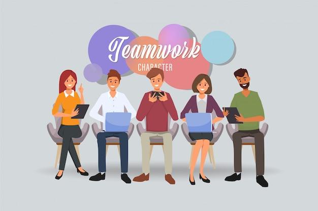 ビジネスマンチームワークオフィスキャラクターと同僚セミナーミーティング。