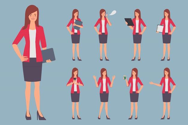Деловая женщина создает характер позу в работе.