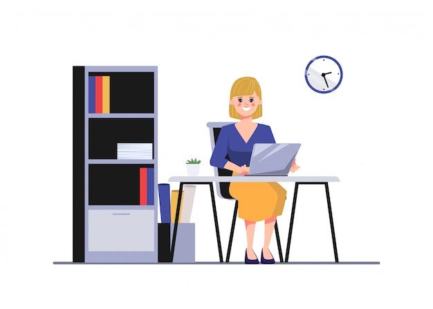 Бизнес женщина работает на переносном компьютере. администрация на офисном столе.