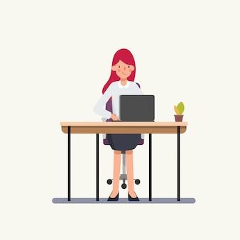 ラップトップで働く女性。