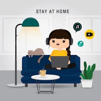 検疫、在宅滞在のコンセプト。自宅で仕事をしている女性、ノートパソコンを使用してオンラインで映画を見たりソファーでリラックスしたりしています。キャラクター漫画イラスト