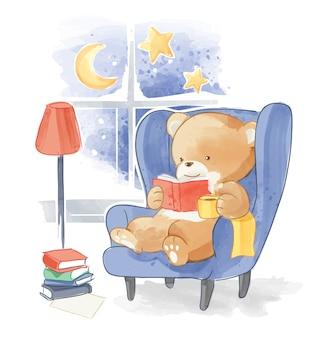 Милый медведь читает книгу на диване