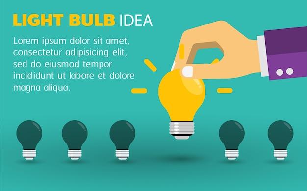 ライトを与えるビジネスマンの手。アイデアのコンセプト。