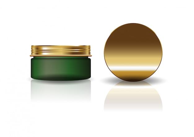 Чистая зеленая косметическая круглая банка с золотой крышкой.