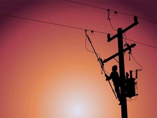 Силуэт линейного электрика использует зажимную рукоятку любого типа для работы с зажимами горячей линии. быть прикрепленным к изолированной вешалке. подождите, чтобы установить трансформаторы в распределительную систему.