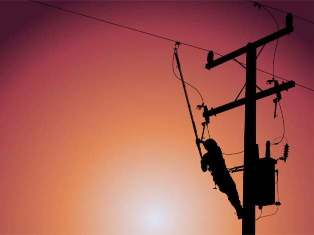 高電圧送電線の単相変圧器を閉じる電力線マンのシルエット。
