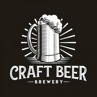 暗い背景にクラフトビールのロゴベクトルイラストガラスエンブレム。