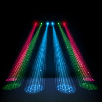 Многоцветные светящиеся прожекторы на темном фоне