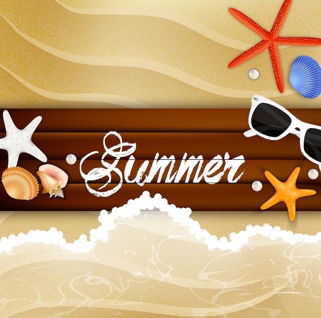 Морская звезда и солнцезащитные очки на фоне дерева