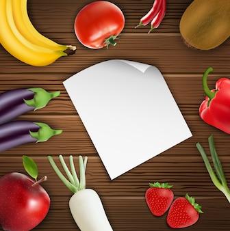 Овощи и фрукты с бумагой на деревянном фоне