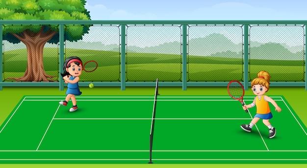 Счастливые дети играют в теннис в судах