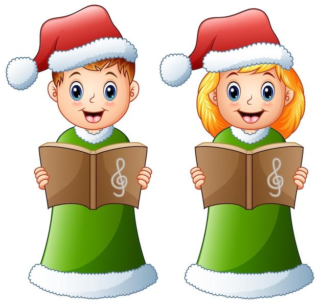 Счастливые дети в зеленом костюме санта, поющие рождественские колядки