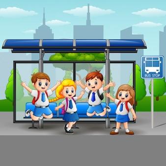 バス停で幸せな学生