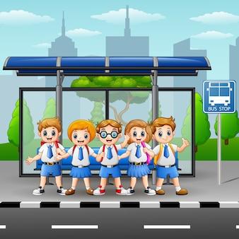 バス停でハッピースクールの子供たち