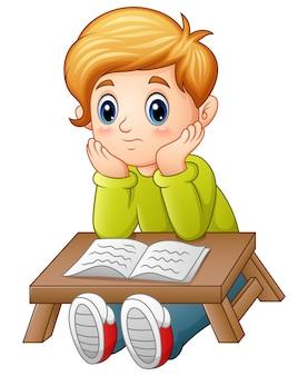 小さな男の子は、本を読んで混乱