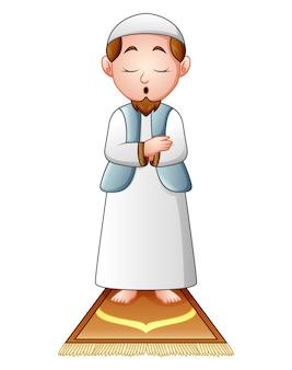 白い背景に祈っているイスラム教徒の男