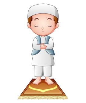 白い背景に祈っているイスラム教徒の子供