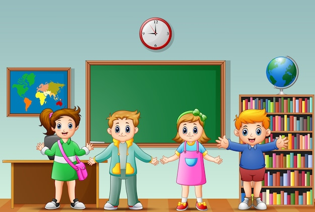 Многие дети стоят перед классной доской