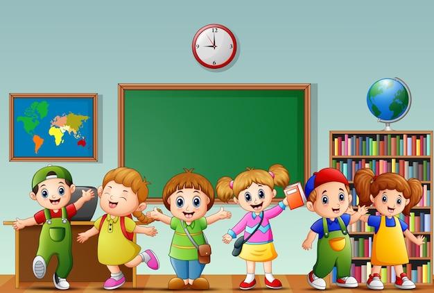 Многие дети, стоящие перед классной комнатой