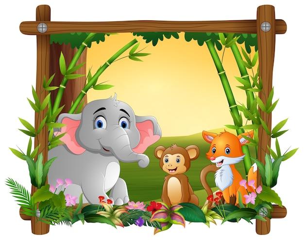 Счастливые животные в рамке леса