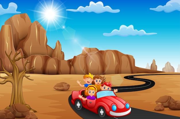 赤い車で旅行している幸せな子供たち