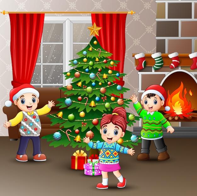 Счастливые дети празднуют рождество в доме
