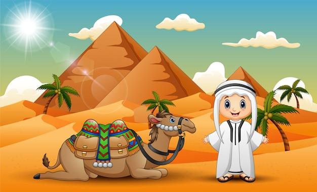 キャラバンは砂漠でラクダを群れさせている