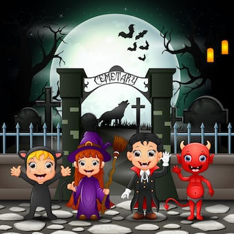 ハロウィーンの衣装を持つ漫画の幸せな子供たち