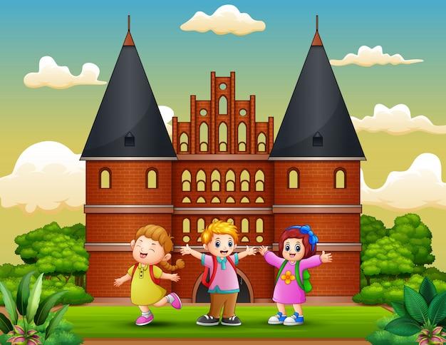 Мультфильм счастливые школьники, стоящие перед зданием холстентора
