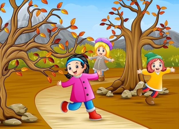 秋の公園で遊んでいる子供たち