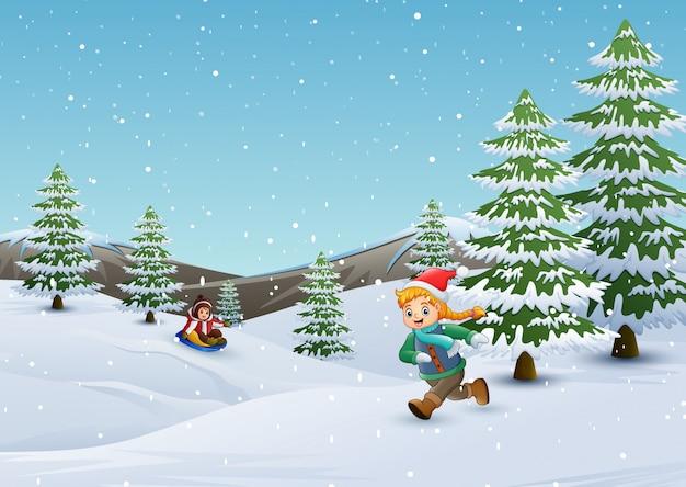 冬の風景で遊んでいる子供たち