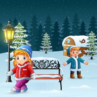 幸せな子供たちは冬の背景で遊ぶ