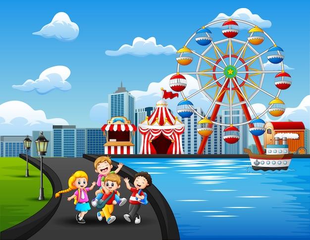 屋外で遊ぶ幸せな子供たちの漫画
