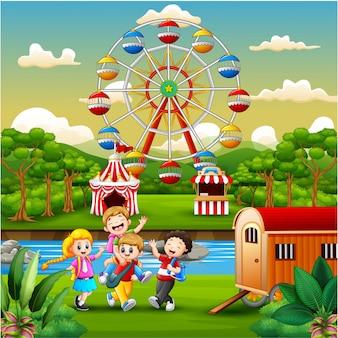 遊園地で遊んでいる幸せな子供グループ