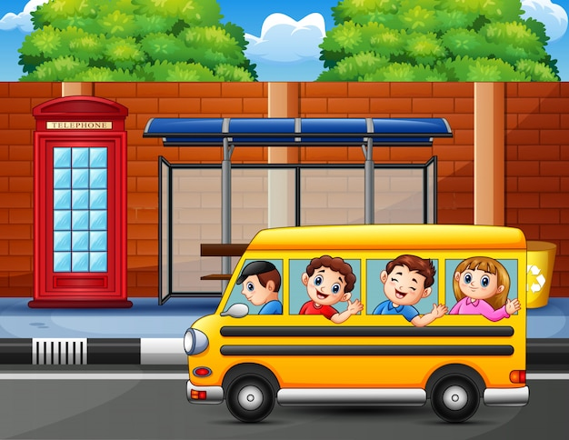 学校のバスに乗って遊ぶ子供たち