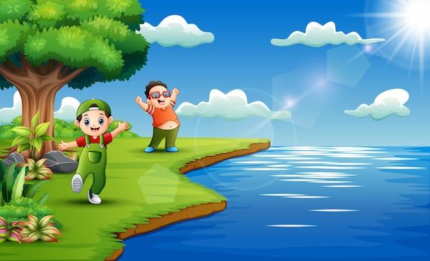 Счастливые дети, играющие на берегу реки