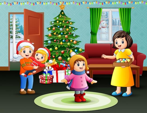 Счастливое семейное празднование рождества у себя дома