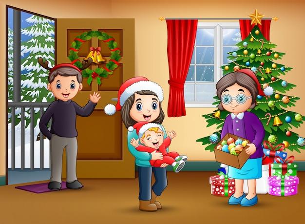 Счастливая семья в гостиной с елкой