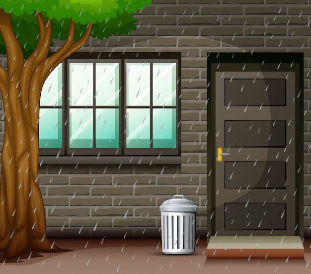 家の前で大雨のシーン