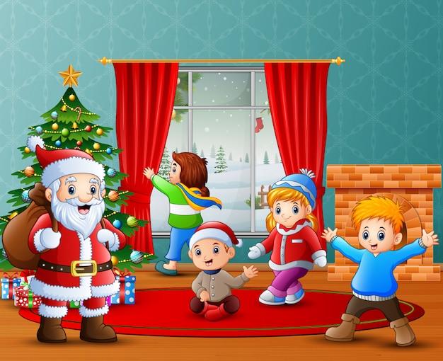 サンタクロースと自宅でクリスマスを祝う子供たち