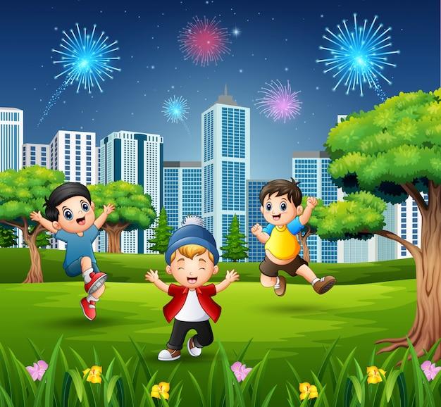 幸せな子供たちが遊んでいると都市公園でジャンプ